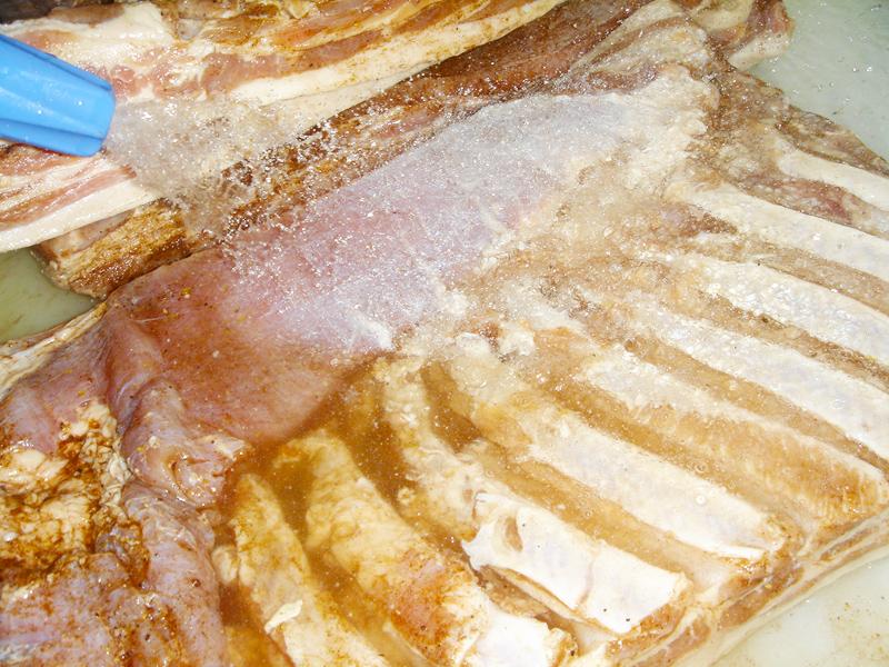 洗い流し 生ベーコンの製造過程