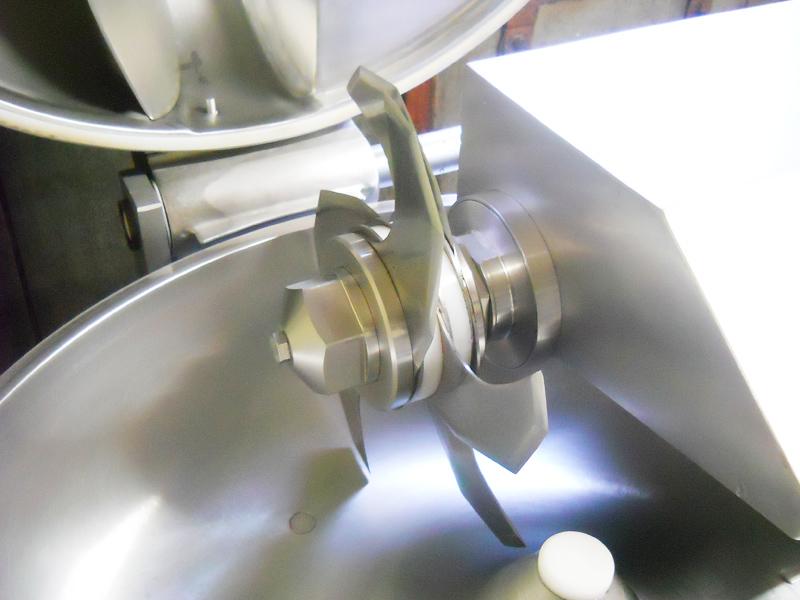 ドイツ製6枚刃のカッター ソーセージの製造過程